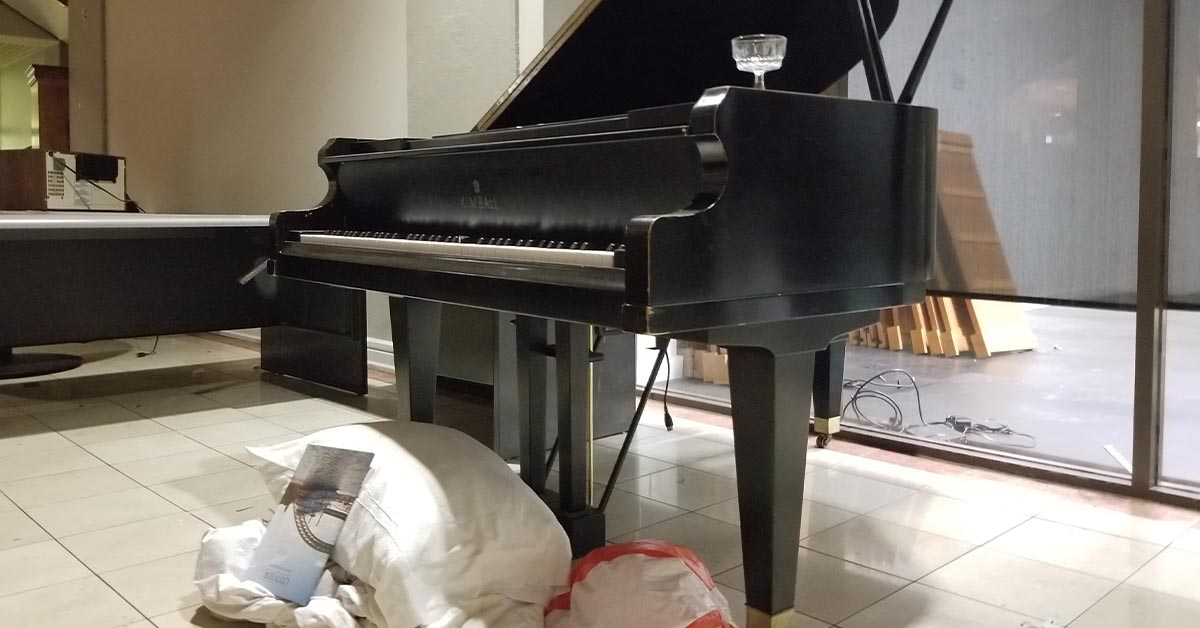 A grand piano sits in the lobby.